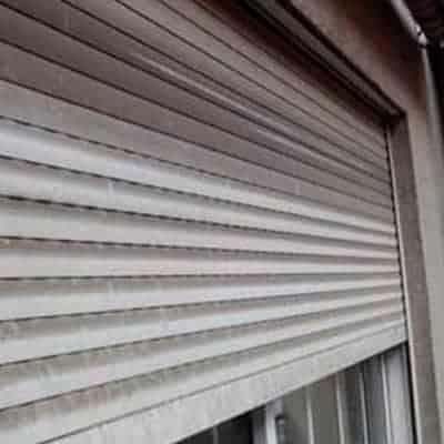 persianas per-lim ventana sucia